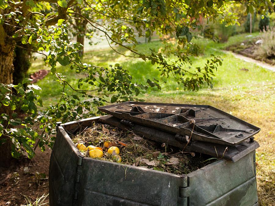 Faire son compost c 39 est facile et bon pour la plan te mon envie maison - Faire du compost dans son jardin ...